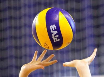 Юні дівчата змагалися з мистецтва прийомів гри у волейбол
