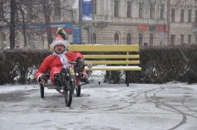 Чернівчани у костюмах Дідів Морозів влаштували велопробіг (ФОТО)