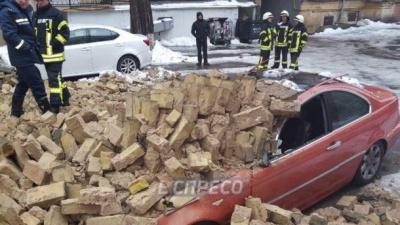 Стіна обвалилась у центрі Києва: під завалами опинились два авто – фото