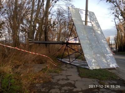 У Чернівцях комунальники демонтували зруйнований вітром білборд на вулиці Січових стрільців