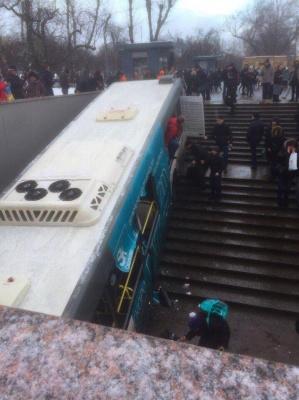 У Москві автобус в'їхав у підземний перехід. 5 осіб загинули (відео)