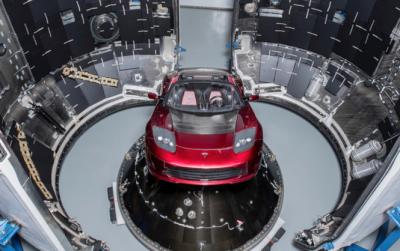 Ілон Маск показав екземпляр Tesla Roadster, який відправиться в космос