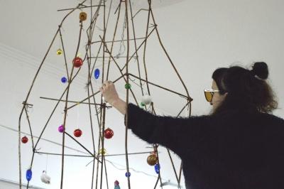 «Happy New Fear»: у Чернівцях у мистецькій галереї встановили ялинку з арматури, яку може прикрасити будь-хто