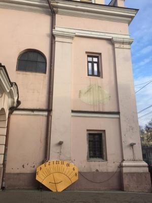 Сонячний годинник на костелі та звільнення з полону буковинця. Найголовніші новини Буковини за минулу добу