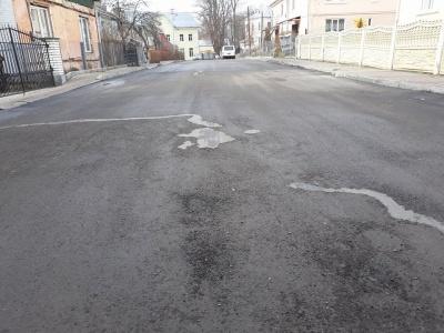У мерії Чернівців відмовляються платити за неякісний ремонт вулиці, який виконувала фірма депутата