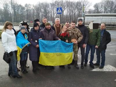 Тихо і без зайвого пафосу. В Чернівцях волонтери зустріли бійця Павла Юрбаша, який понад рік перебував у полоні на Донбасі