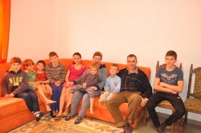 """""""Хлопці і доять корову, і готують"""", - родина переселенців на Буковині виховує 13 дітей"""