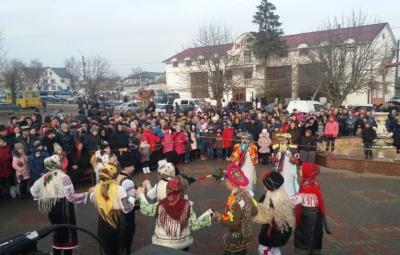 У райцентрі Буковини відбувся традиціїний фестиваль зимових обрядів і звичаїв (ВІДЕО)