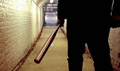 На Буковині суд амністував чоловіка, який, погрожуючи вбивством, побив сусіда трубою
