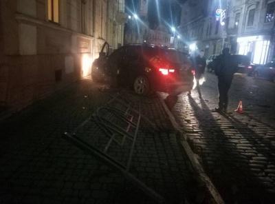 У Чернівцях у новорічну ніч позашляховик протаранив огорожу (ФОТО)