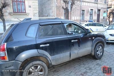 У Чернівцях невідомі пограбували авто, розбивши бокове скло