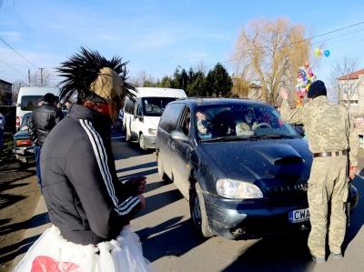 У селі на Буковині десятки маланкарів вийшли на вулиці з оркестром, щоб привітати людей з Новим роком