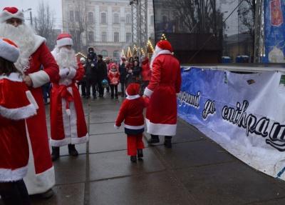 У Чернівцях під час флешмобу Дідів Морозів збирали кошти для сім'ї з хворими дітками (ФОТО)