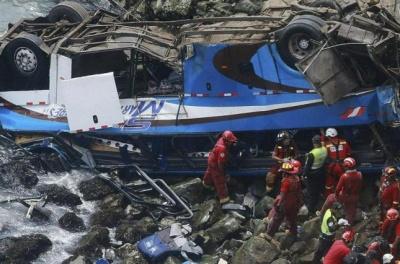 У Перу пасажирський автобус впав у прірву. Загинули 48 осіб