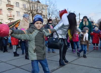 У Чернівцях на Соборній площі для дітей влаштували новорічні розваги (ФОТО)