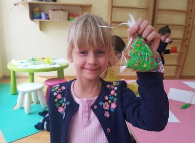 У Чернівцях дітей навчають розмальовувати пряники та робити ляльки