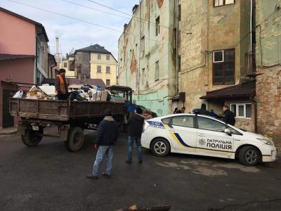 Жінка-безхатченко зробила сміттєзвалище у центрі Чернівців: комунальники ліквідували непотріб