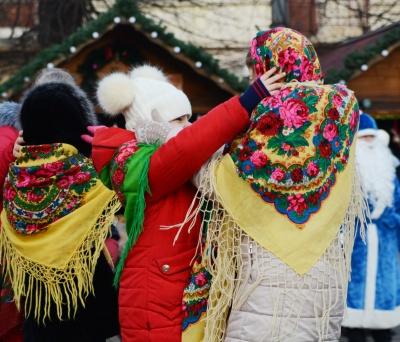 У Чернівцях дітлахів розважали новорічними хороводами на Соборній площі (ФОТО)