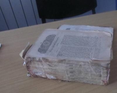 У Чернівецькій області прикордонники затримали іноземця, який намагався приховано вивезти старовинну Біблію