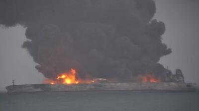 Поблизу Китаю зіткнулися нафтовий танкер і вантажне судно. 32 члени екіпажу зникли
