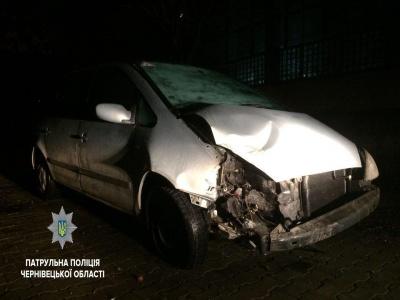П'яний водій у Чернівцях протаранив паркан і втік