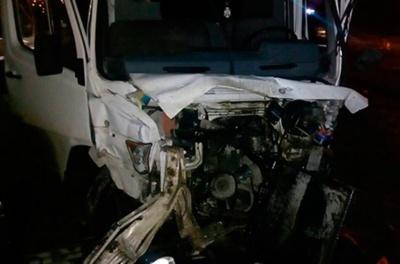 На Буковині мікроавтобус врізався в мотоцикл: одна особа у важкому стані (ФОТО)
