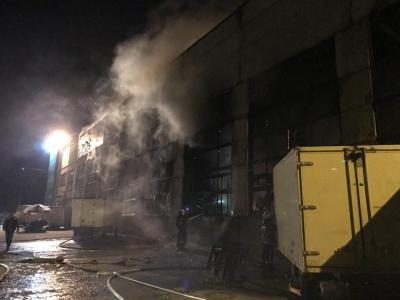 У Чернівцях горить ангар ринку на вулиці Зеленій (ФОТО)