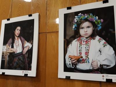 Рятувальниці в етно-костюмах: у Чернівцях презентували проект «Буковинський календар»
