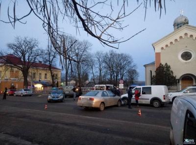 У райцентрі Буковини не розминулися два легковика