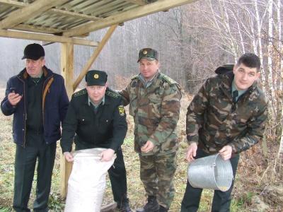 Лісівники та школярі на Буковині підгодували диких тварин