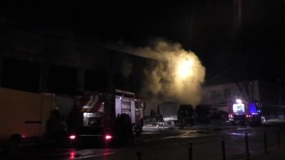 """""""З вогню врятували понад 30 автомобілів і причепів"""", - стали відомі подробиці пожежі ангару на Зеленій"""