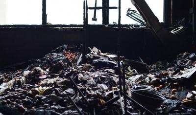 Гори згорілих мандаринів, овочів та сморід. У Чернівцях продавці прибирають територію ринку, на якому сталась масштабна пожежа