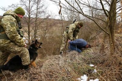 На кордоні на Буковині зі стріляниною затримали двох контрабандистів