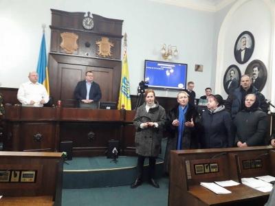 «Прикро, що я за вас голосувала»: у Чернівцях волонтери вимагали пояснень у депутатів, які не вийшли вшанувати загиблого бійця