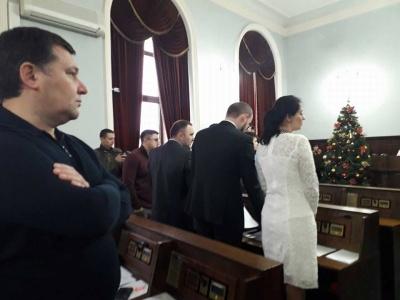 «Досадно, что я за вас голосовала»: в Черновцах волонтеры требовали объяснений у депутатов, которые не вышли почтить погибшего бойца