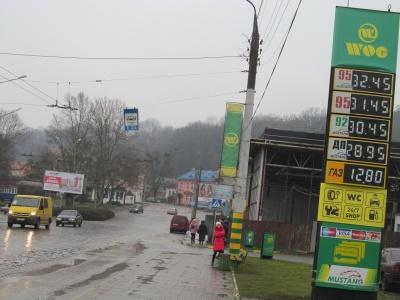"""На заправках у Чернівцях бензин """"перевалив"""" за 32 гривні"""