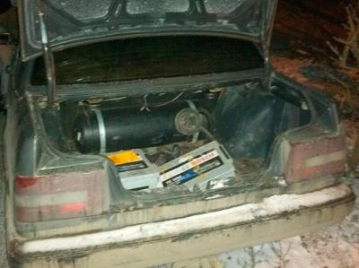 У Чернівцях поліція затримала двох місцевих жителів, які викрадали акумулятори з вантажівок