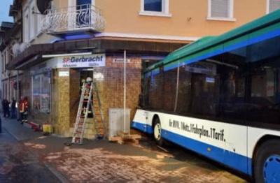 У Німеччині шкільний автобус врізався у стіну будинку