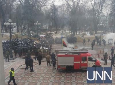 Під Верховною Радою палили шини і прапор Росії та билися з поліцією