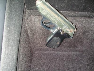 Канадець віз пістолет через кордон на Буковині