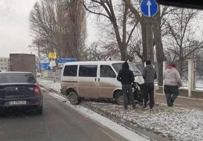 У Чернівцях п'яний водій мікроавтобуса врізався в електроопору (ФОТО)