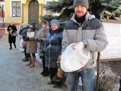 Чернівчани стають у чергу за свяченою водою (ФОТО)