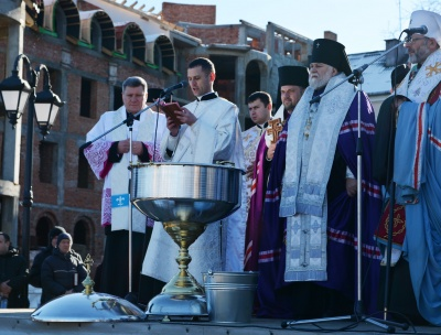 У Чернівцях кілька сотень жителів освятили воду на площі Пресвятої Марії (ФОТО)