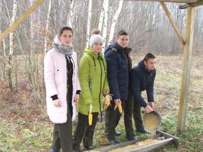 Діти на Буковині нагодували диких тварин (ФОТО)