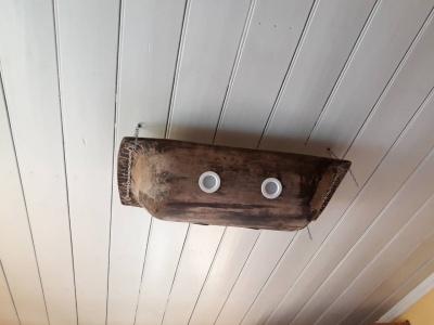Вішалка з граблів, люстра з пляшок. Чернівчанин перетворив стару дачу на будинок із цікавим інтер'єром (ФОТО)