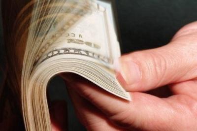 Майже половина українців зберігає заощадження в доларах