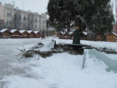 Свята закінчилися – у Чернівцях розбирають ялинку (ФОТО)
