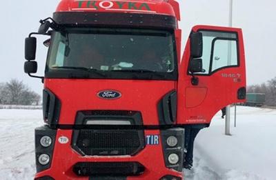 На трасі «Чернівці - Порубне» вантажівка зіткнулась з легковиком: двох осіб госпіталізували