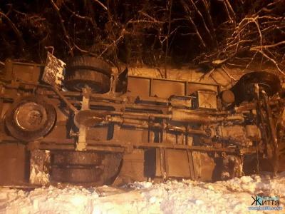 ЗМІ: на Буковині внаслідок ДТП за участю вантажівки й легковика загинув молодий хлопець (ФОТО)