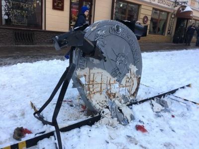 У Чернівцях вантажівка на пішохідній вулиці зруйнувала пам'ятник невідомому корупціонеру (ФОТО)